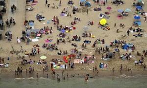 BÉLGICA-TURISMO Esta vista aérea tomada el 8 de agosto de 2020 muestra a los turistas tomando el sol en la playa de Ostende, Bélgica. (Foto de ERIC LALMAND / BELGA / AFP) / Bélgica OUT (Foto de ERIC LALMAND / BELGA / AFP a través de Getty Images)