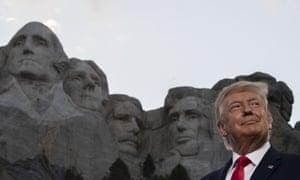 El presidente Donald Trump sonríe en el Monumento Nacional Mount Rushmore en julio