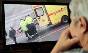 Una persona en Moscú ve un video en las redes sociales que muestra a Alexei Navalny, un activista de la oposición rusa y jefe del fondo anticorrupción, siendo transportado en una camilla por un equipo de ambulancias en Omsk.