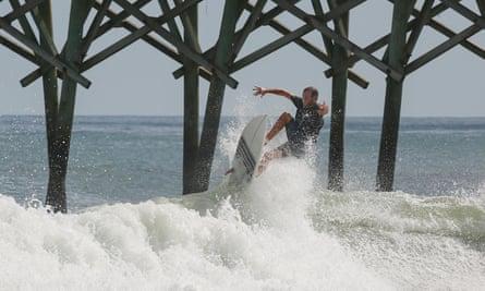 Un surfista en Surf City, Carolina del Norte en 2016.