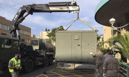 En esta foto proporcionada por el Ministerio de Defensa de España, soldados instalan módulos en el estacionamiento del hospital Clínico Universitario en Zaragoza, España, el martes.