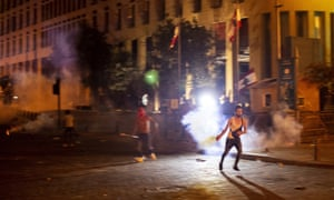 Un manifestante antigubernamental arroja un bote de gas lacrimógeno durante las protestas antigubernamentales en Beirut el jueves por la noche.
