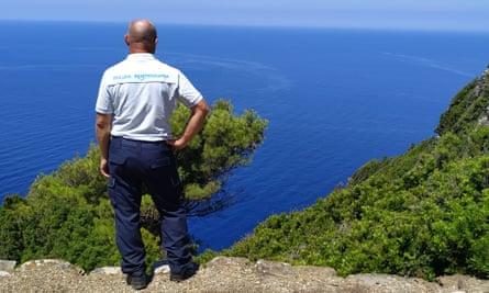 Un guardia de la prisión vigila la isla.