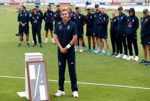 Stuart Broad en una presentación en honor a su quinientos wicket.