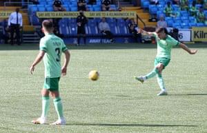 Ryan Christie del Celtic anota de tiro libre.