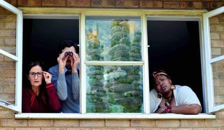 Sarah Finigan, Michael Wagg y Tasha Magigi en La casa que se resbaló.