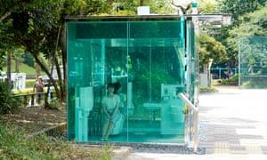 Empleado de la Fundación Nippon demuestra baños públicos transparentes