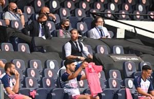 Sergio Ramos mira desde el banquillo.