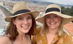 Meagan Hempenstall, (izquierda) con su amiga de vacaciones en Francia.