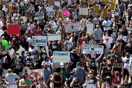 Una multitud de alrededor de 1.000 acudió a Kenosha para una protesta pacífica el sábado.
