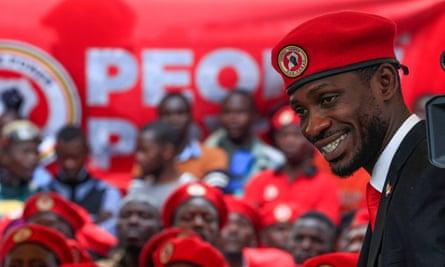Bobi Wine da una conferencia de prensa en Kampala