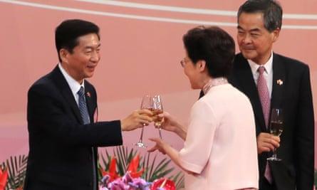 La directora general de Hong Kong, Carrie Lam, brinda por Luo Huining en una ceremonia de izada de bandera que marca el aniversario del traslado de Hong Kong a China.