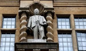 Estatua de Cecil Rhodes en la Universidad de Oxford