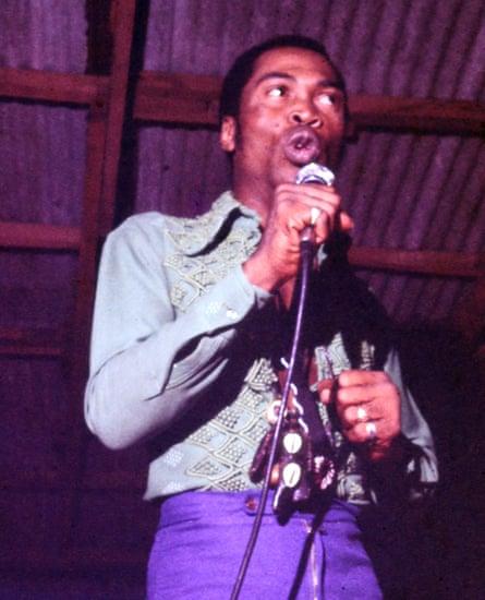 Fela Kuti actuando en el santuario en 1977.