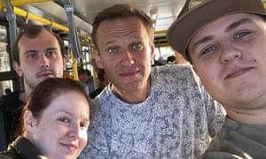 Alexei Navalny, en el centro, y Kira Yarmysh, en primer plano a la izquierda, posan para una selfie dentro de un autobús de camino a un avión en un aeropuerto en las afueras de Tomsk, una ciudad en Siberia, Rusia. .