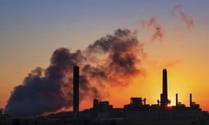 La central eléctrica de carbón de Dave Johnson recortada contra el sol de la mañana en Glenrock, Wyoming