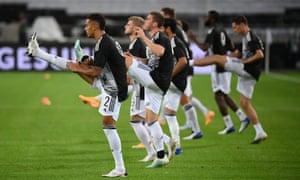Los jugadores alemanes calientan en Stuttgart