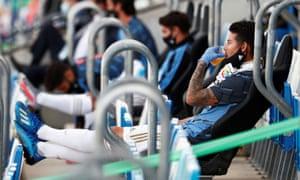 James Rodríguez sentado en la grada en el partido del Real Madrid en el Eibar en junio de 2020