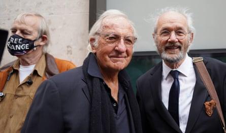 John Pilger, en el centro, y el padre de Assange, John Shipton, a la derecha, en Old Bailey.
