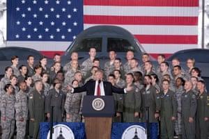 Donald Trump ofrece comentarios al personal militar y a un avión B-2 Spirit dentro de un hangar en la base conjunta Andrews, Maryland, el 15 de septiembre de 2017.