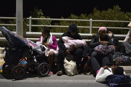 Personas evacuadas del campamento de Moria.