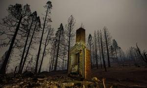 Los restos humeantes de una estructura donde el incendio del arroyo devastó el condado de Fresno, California, el 8 de septiembre.