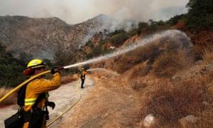 Los bomberos están trabajando para apagar el incendio de Bobcat después de que se ordenó una evacuación para los residentes de Arcadia, California.