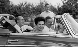 Britten (conduciendo el automóvil) con Peter Pears (de pie), Galina Vishnevskaya y su esposo Mstislav Rostropovich en el festival de Aldeburgh