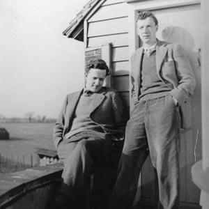Britten y Peter Pears en Old Mill, Snape c. 1943 Crédito: © Fundación Britten-Pears Nombre de archivo: PH_03_0007