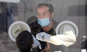 El equipo médico de Maccabi Health Services recolecta muestras de hisopos en una estación de pruebas en Modi'in, cerca de Jerusalén, Israel.