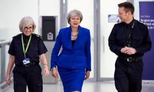 Theresa May en el aeropuerto