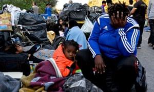 Refugiados al costado de la carretera después de que los incendios destruyeran el campamento de Moria en la isla de Lesbos.