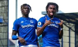 Alex Iwobi celebra con Moise Kean tras anotar para el Everton ante los Wolves en septiembre de 2019