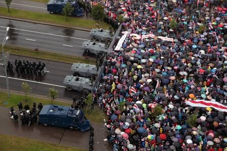 Los partidarios de la oposición participan en la marcha de unidad cerca del Palacio de la Independencia en Bielorrusia el domingo.