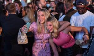 Gente de fiesta en el West End, en el centro de Londres.