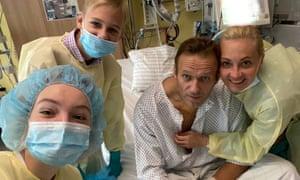 Alexei Navalny con su familia en el hospital de Berlín.