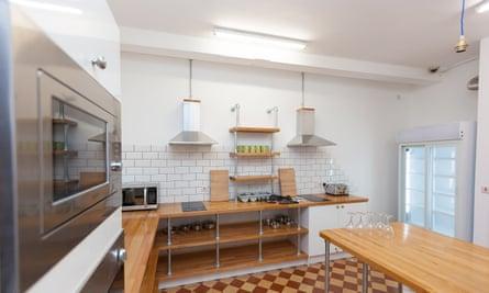 La cocina del Cohort Inn en St Ives. Los albergues han tenido que cerrar sus áreas comunes desde que reabrieron después del cierre