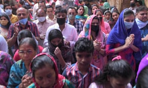 Los fieles hindúes ofrecen oraciones durante