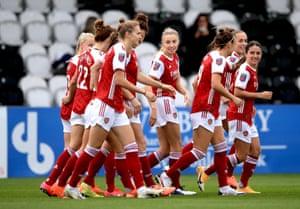 Los jugadores del Arsenal están celebrando después de que su compañera Katie McCabe anotara el primer gol de su equipo.