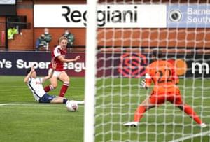 Vivianne Miedema del Arsenal anota el segundo gol de su equipo.