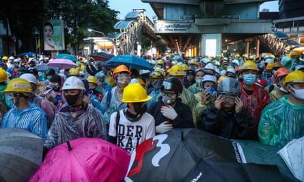 Manifestantes a favor de la democracia con cascos en Bangkok