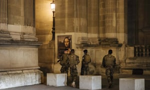 Patrulla militar cerca del Louvre durante el toque de queda en París el sábado por la noche. El toque de queda de un mes entró en vigor a la medianoche del viernes y Francia está desplegando 12.000 policías adicionales para hacer cumplir.