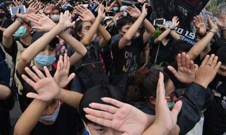 Los manifestantes aprenden gestos y señas con las manos para comunicarse entre sí en Bangkok