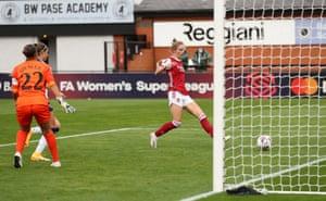 Vivianne Miedema del Arsenal marca el quinto lugar de su equipo por su hat-trick.
