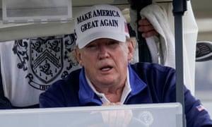 Donald Trump conduce un carrito de golf en Sterling, Virginia, el domingo. Fotografía: Joshua Roberts / Reuters