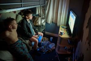 De izquierda a derecha: Antony y Lyndon en su dormitorio, Darwen, 2019.