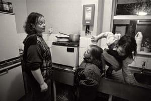 Mandy (madre) con L-R Emma y Donna en la cocina del Homeless Hostel, Blackpool, 1992
