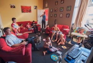 Mark (izquierda), agotado después del trabajo como conductor de autocar, en su casa en Darwen con algunos de sus familiares y los hijos de su hermana Kirsti (2018)