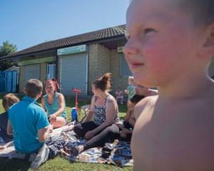 Emma (la compañera de Mark a la izquierda) hace un picnic con Kirsti y algunos de sus hijos, Darwen. En primer plano está Anthony. Junio de 2018