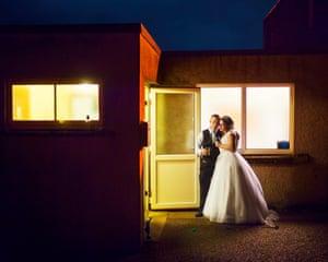 Katrina y Kyle se toman un momento juntos al final de la recepción de su boda, Aspatria, Cumbria, 2018
